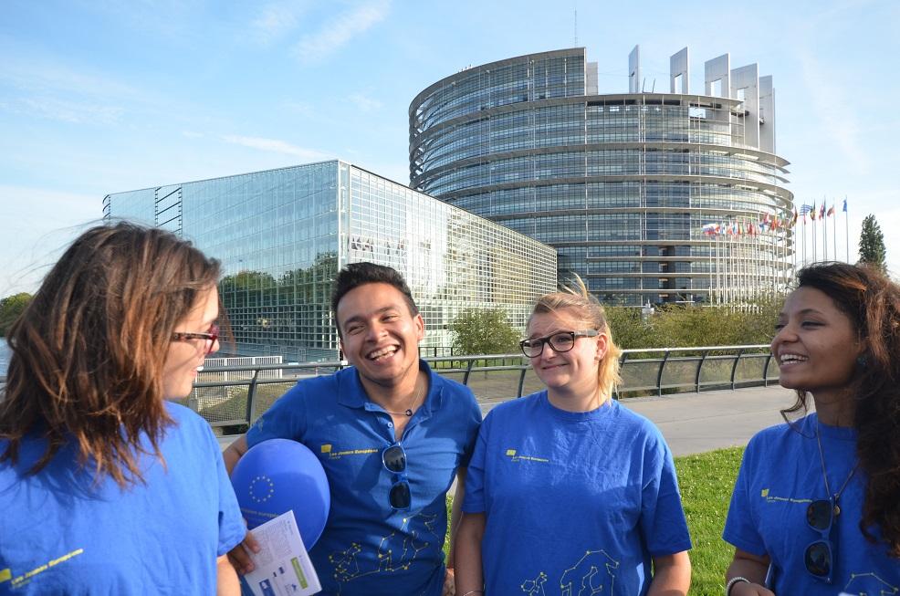 Quatre Jeunes Européens avec en t-shirt devant le Parlement