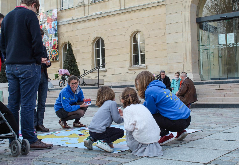 Les Jeunes Européens et des familles sur la carte de l'Europe