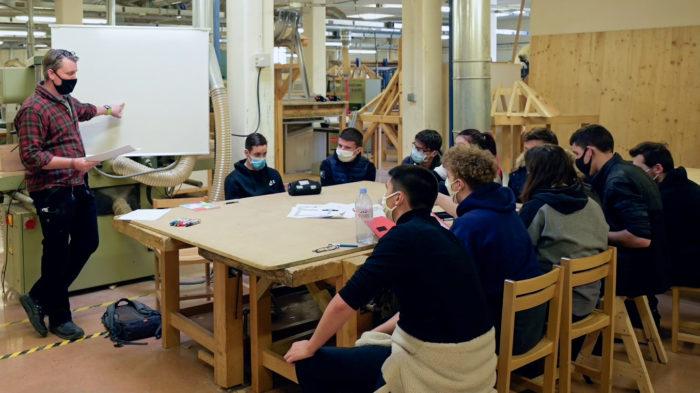 Phil-Oliver Ross et ses élèves de terminale Construction bois en classe au lycée P. Langevin. Janvier 2021. © Océanides.